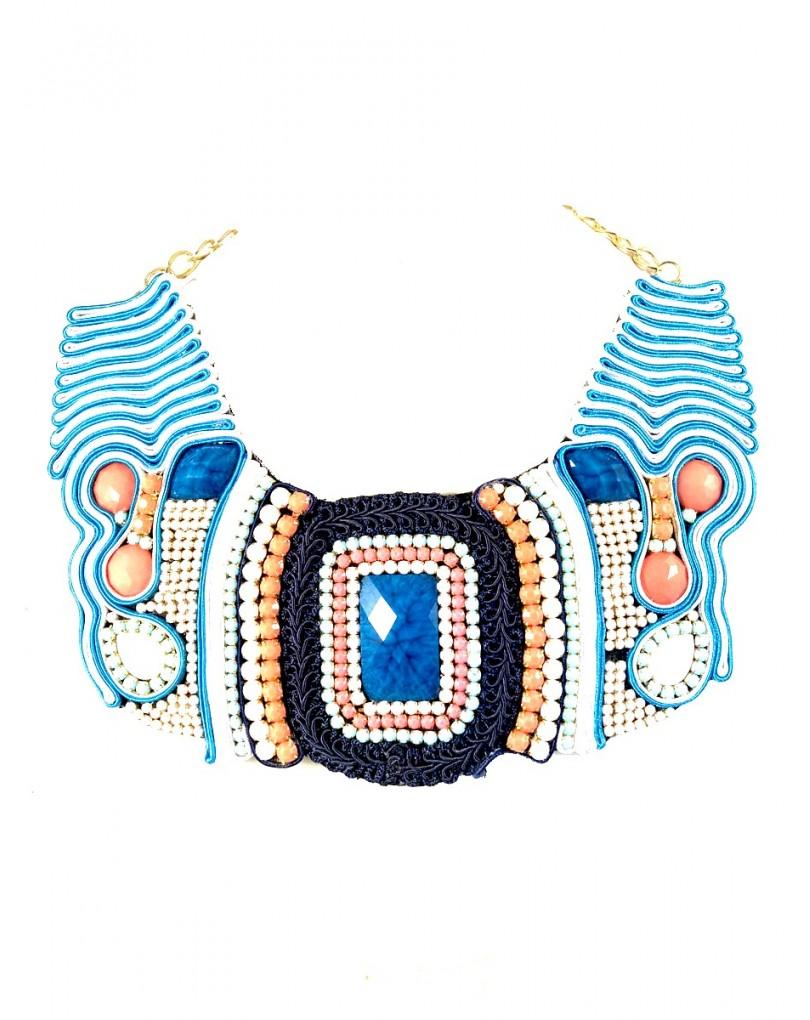 810f49cda3ed Originales Collares Cortos Azules con Blanco y Coral de Babero ...